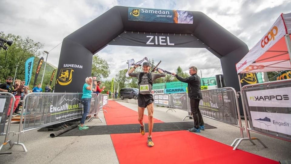 Gian Marchet Schicktanz en l'arrivada dal «Engadin Ultra Trail»