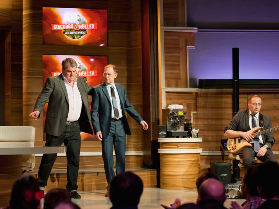 Giacobbo und Müller laufen auf die Bühne