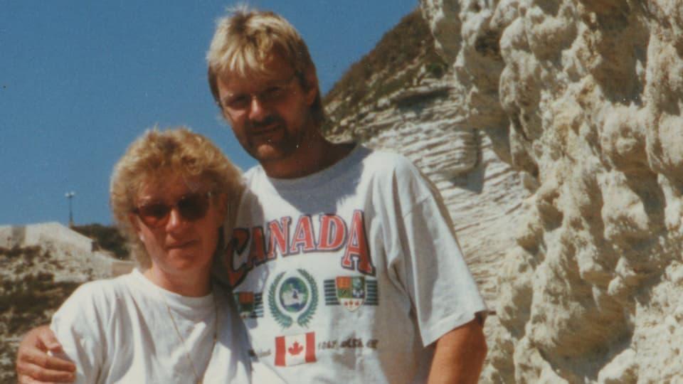 Connie und Ruedi stehen vor einer Felswand auf Korsika.