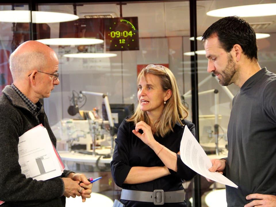 Produzentin Christine Hubacher bespricht sich mit «Treffpunkt»-Redaktor Jürg Oehninger (l.) und dem Kameramann von «Schweiz aktuell»