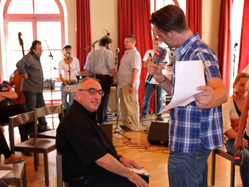 Martin Gabriel sitzend, wird interviewt.
