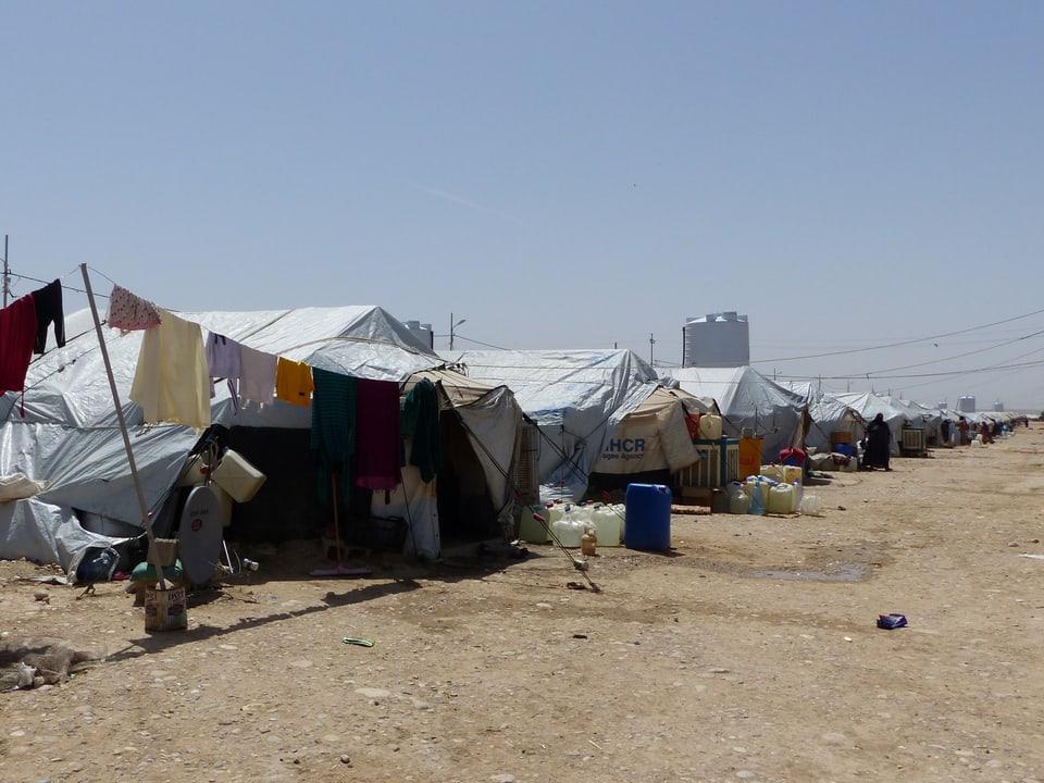 Ein Flüchtlingscamp mit vielen Zelten.