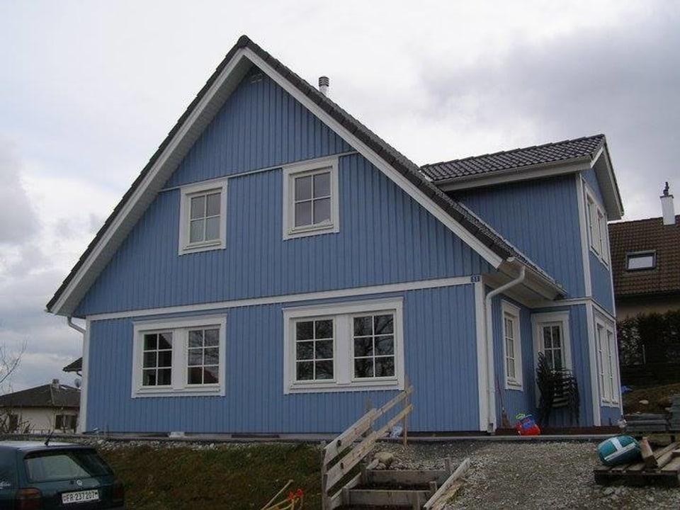 Blaues Holzhaus.