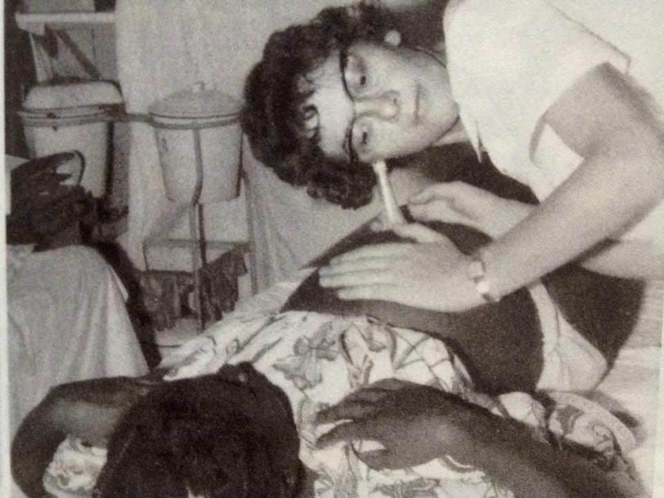 Hebamme Jo Boddingius untersucht eine Schwangere.