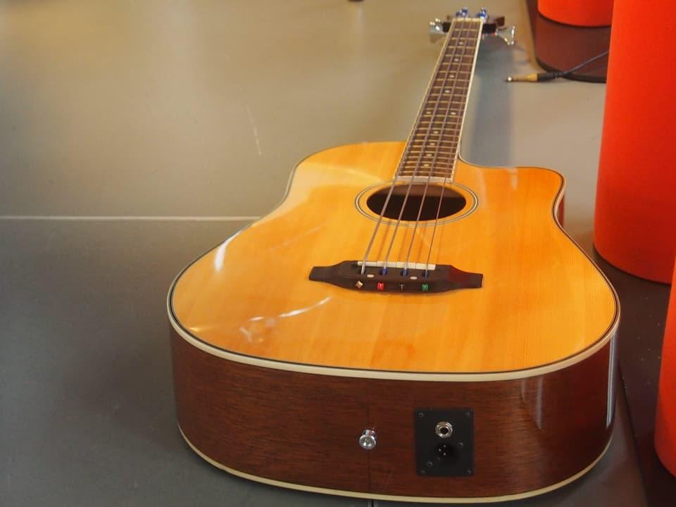 Gitarre liegt auf dem Boden im Studio.
