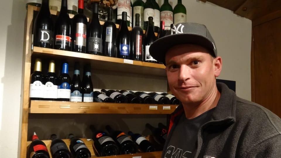 renzo hendry en la vinoteca, avant in regal cun bleras buttiglias vins