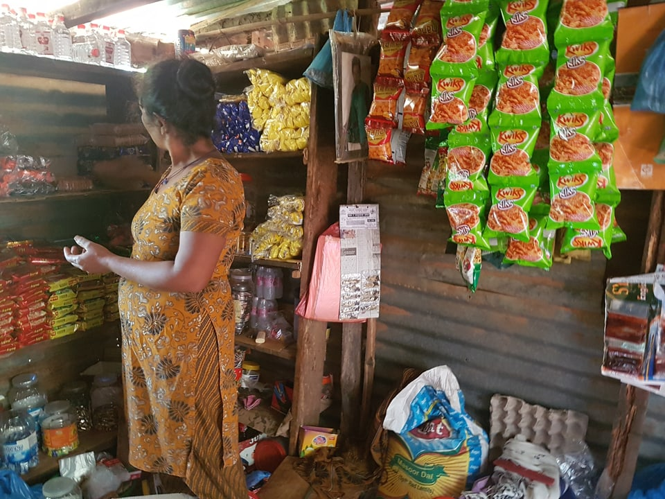 Das Bild zeigt einen kleinen Laden in Nepal.