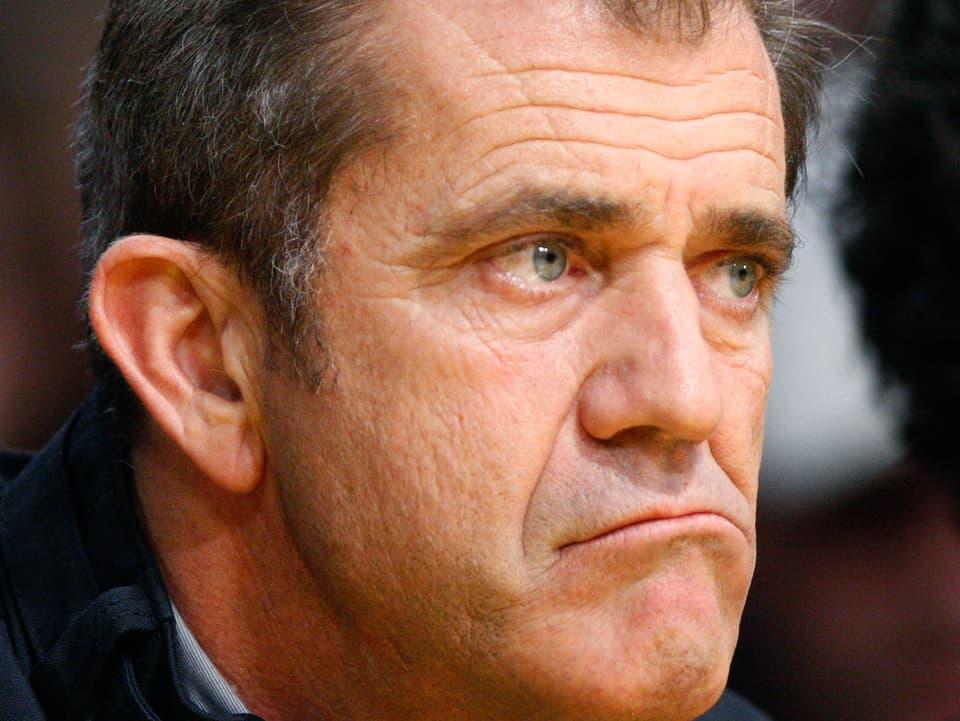 Mel Gibson blickt mürrisch in die Kamera.