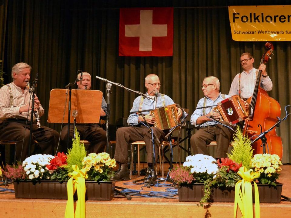 Eine Volksmusikformation mit Klarinette, Schwyzerörgeli und Kontrabass.