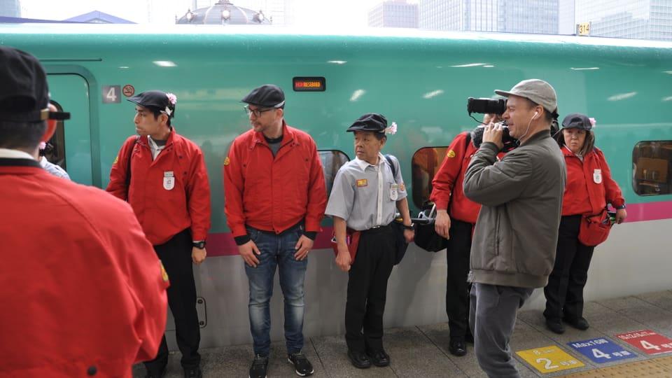 Dreharbeiten in Tokyo: Patrick und die Putzmannschaft des Hochgeschwindigkeitszug Shinkansen