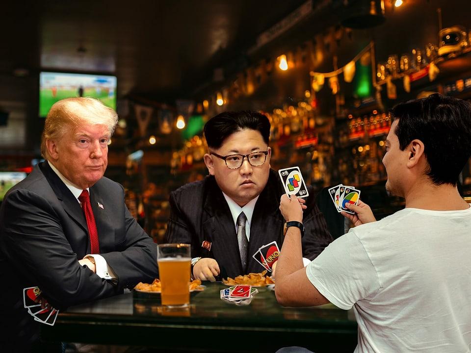 """Gefälschtes Bild: Jonas Bayona spielt in einer Bar """"Uno"""" mit Donald Trump und Kim Jong-Un"""
