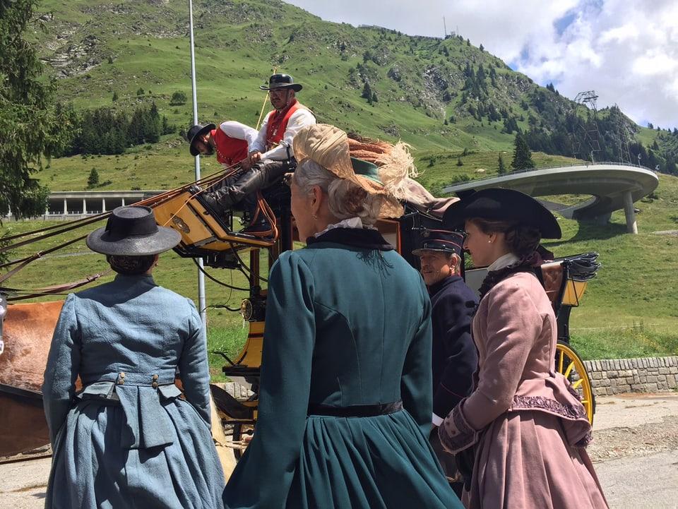 Drei Frauen in historischen Kostümen mit Hüten von hinten fotografiert