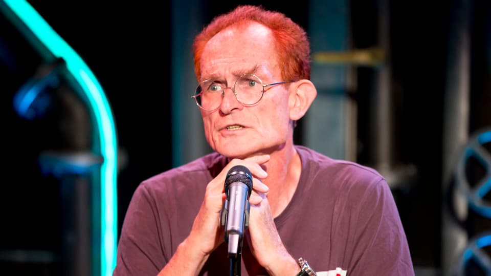 Kabarettist Piet Klocke vor dem Mikrofon.