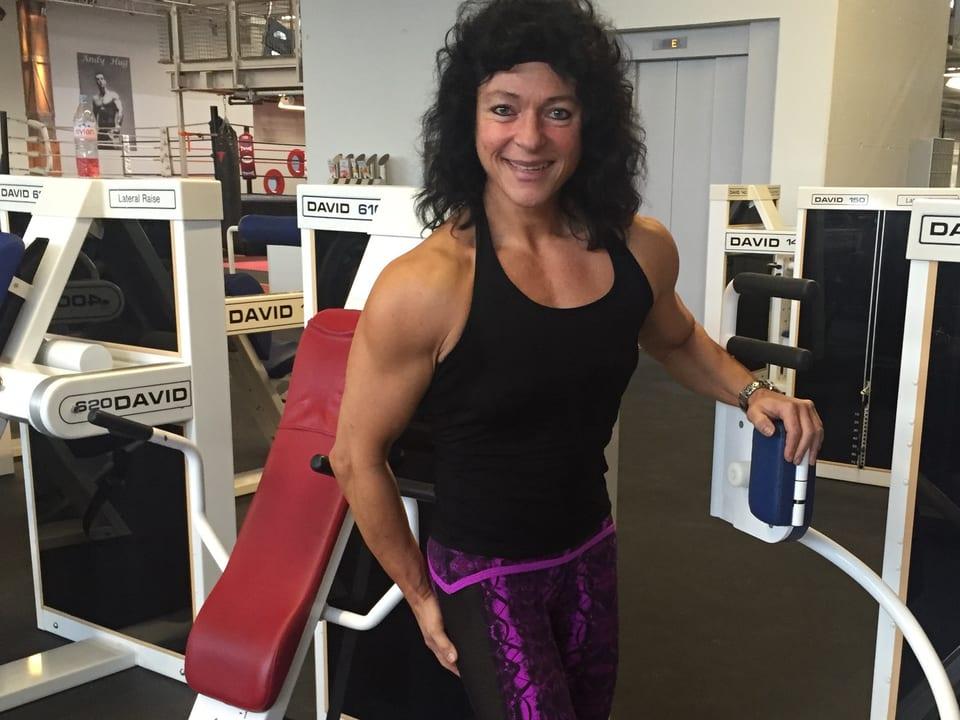 Franziska Leuthold posiert im Fitnessstudio.