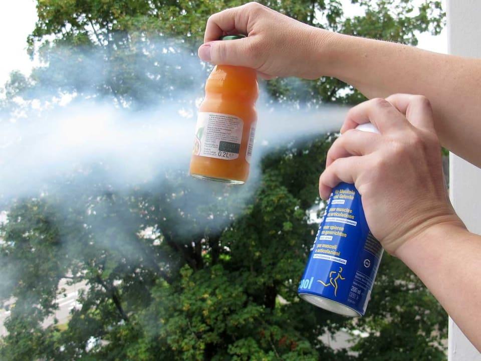 Getränkeflasche wir mit einem Kühlspray besprüht.