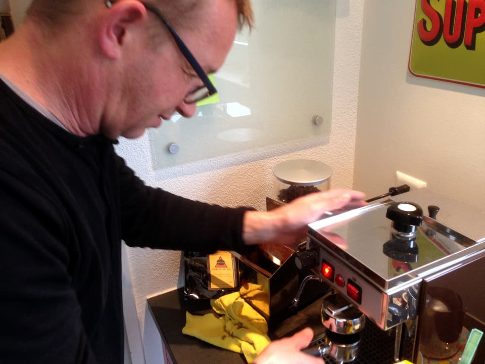 Philipp Galizia an der Kaffeemaschine.