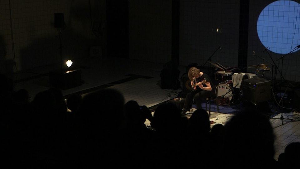 Martina Berther durant il concert ed en ses element.