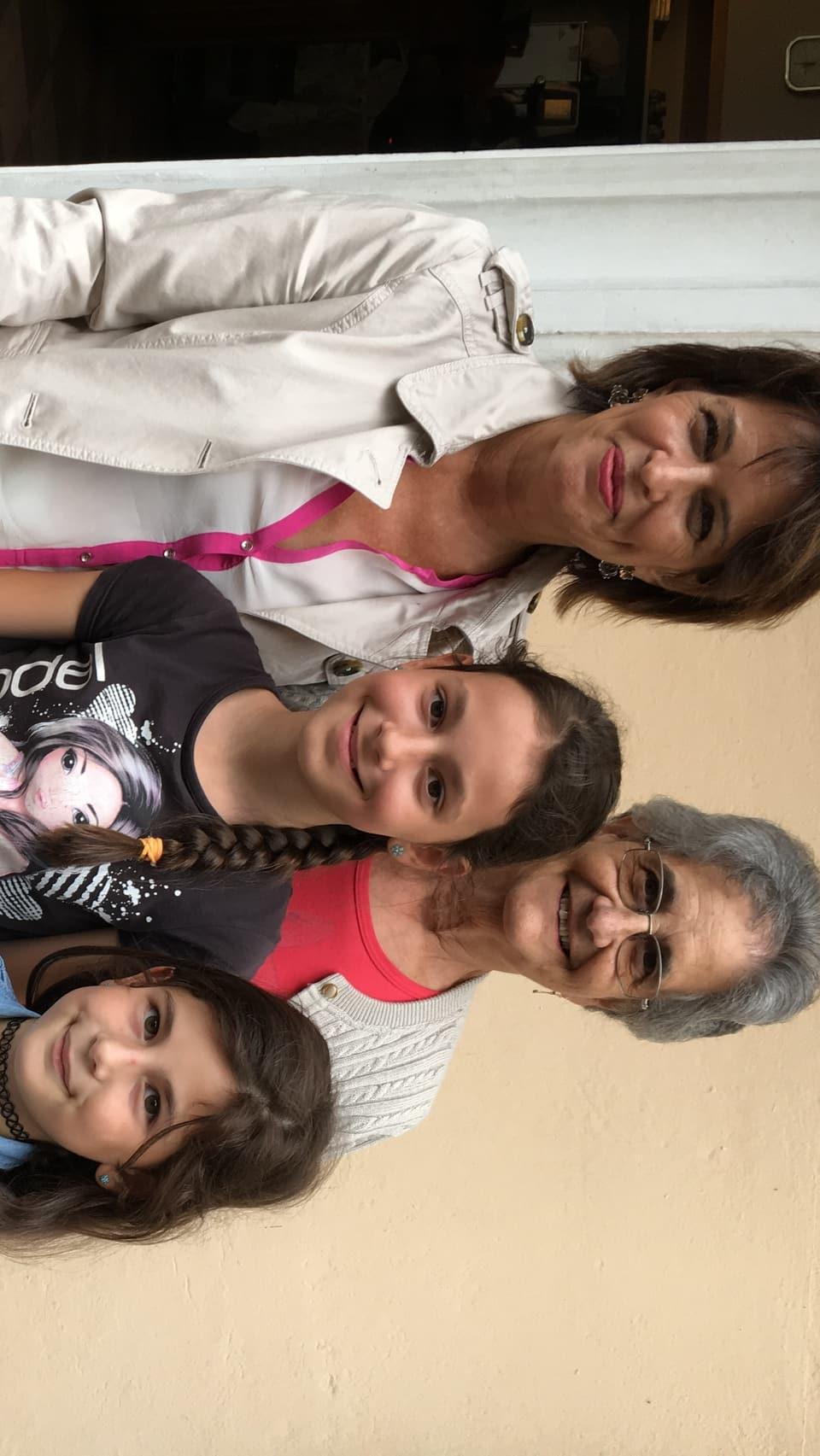 Doris Leuthard cun Eda Giacometti e duas abiadias.
