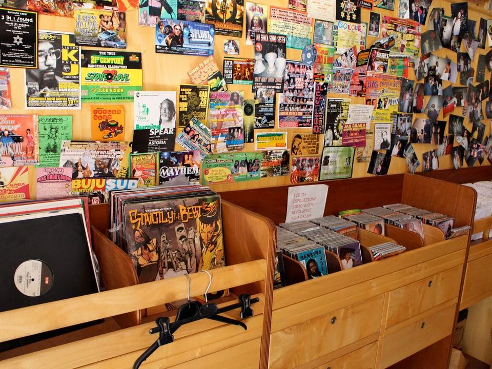 Museumskarakter - die Platten wurden zu Staubfängern. Der Verkäufer vom «Moses Vibes Record Store» klagt über MP3 und musste seinen Laden schliessen.
