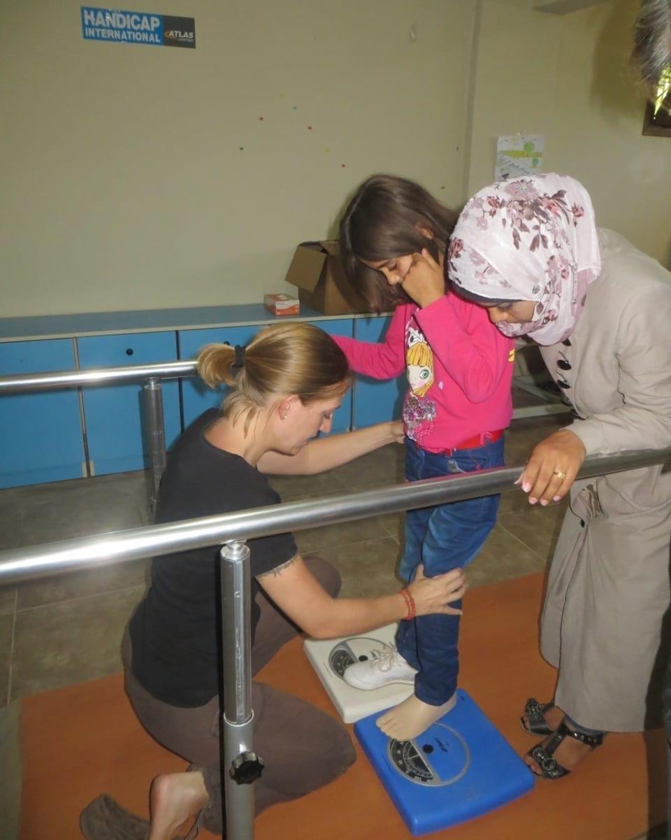 Physiotherapeutin mit einem Kind in Syrien.