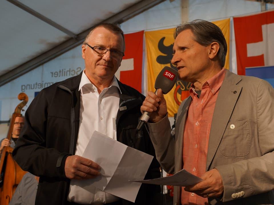 Beat Tschümperlin unterhält sich auf der Bühne im Festzelt mit Alois Gabriel.