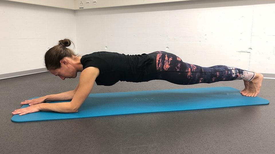 Plank: Erschwerung nach hinten schieben