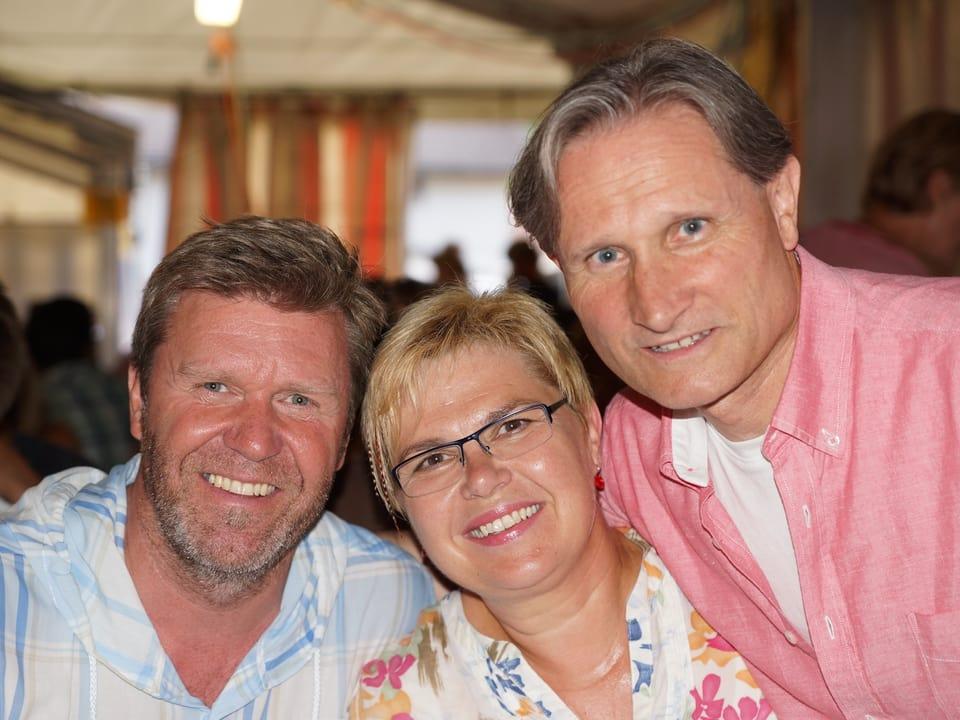Gruppenbild mit Bernhard Siegmann, Christine Gertschen und Beat Tschümperlin, die fröhlich in die Kamera lachen.