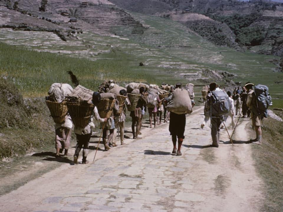 Expeditionsgruppe läuft die Strasse entlang.