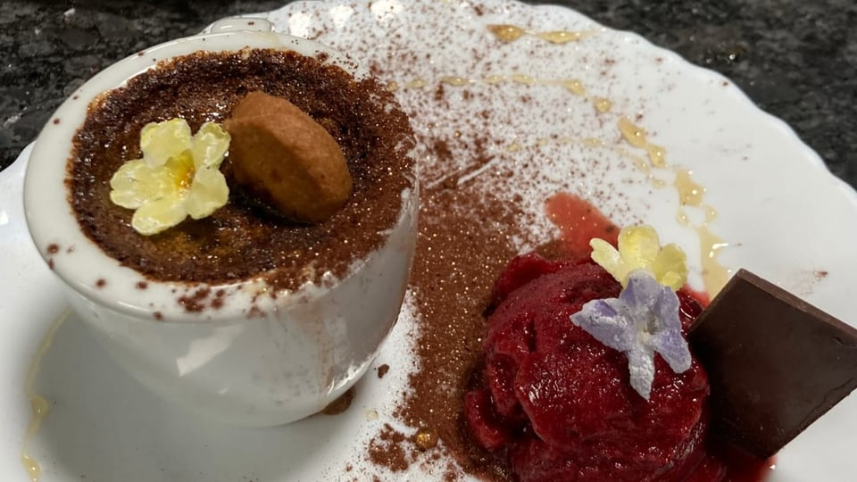Kaffeesoufflé mit Kirschensorbet