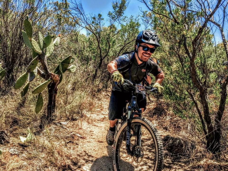 Flurin Raffainer va cun mountainbike.