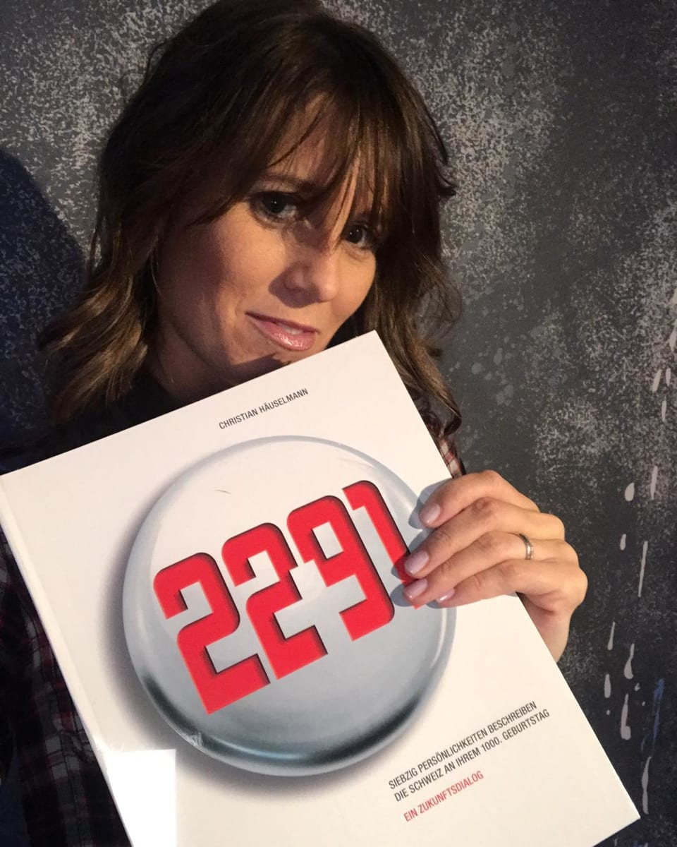 Moderatorin Annina Campell posiert mit einem Buch