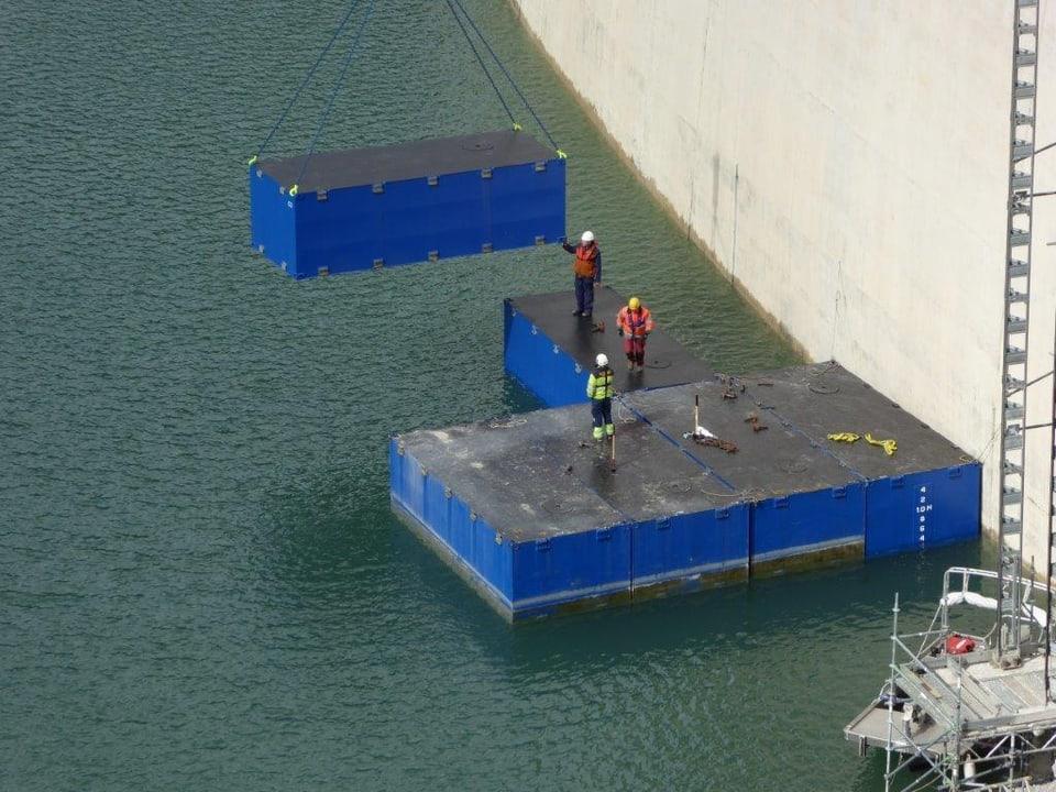 Auf dem Stausee werden Pontons installiert.