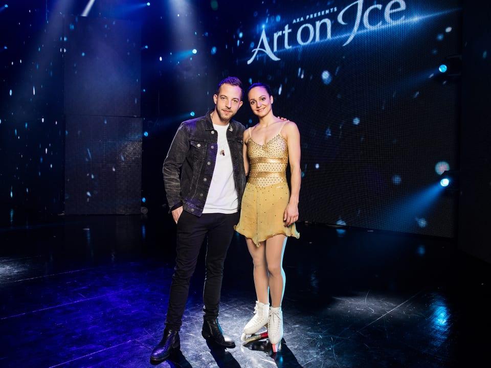 Der Sänger James Morrison und die ehemalige Spitzen-Eiskunstläuferin Sarah Meier posieren gemeinsam für ein Foto.