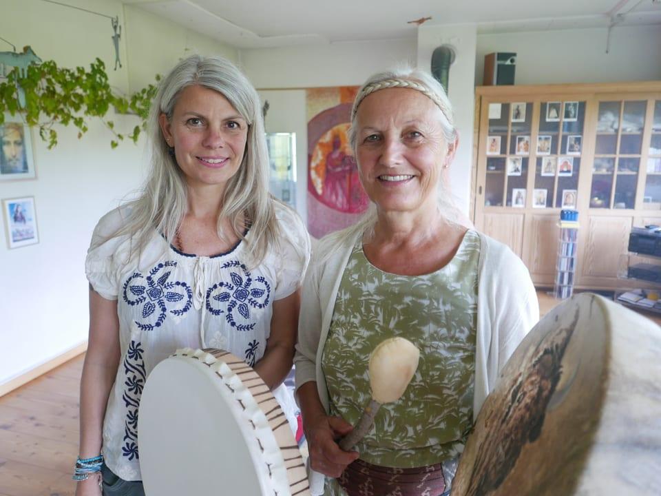 Tanja (links) suchte nach einem Burnout Hilfe bei der Schamanin Anna Lara Rhyner (rechts) in Herisau.