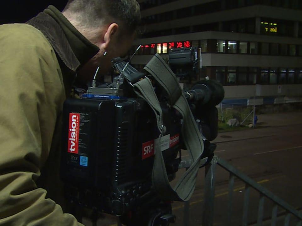 Kameramann filmt Parplatz gegenüber.