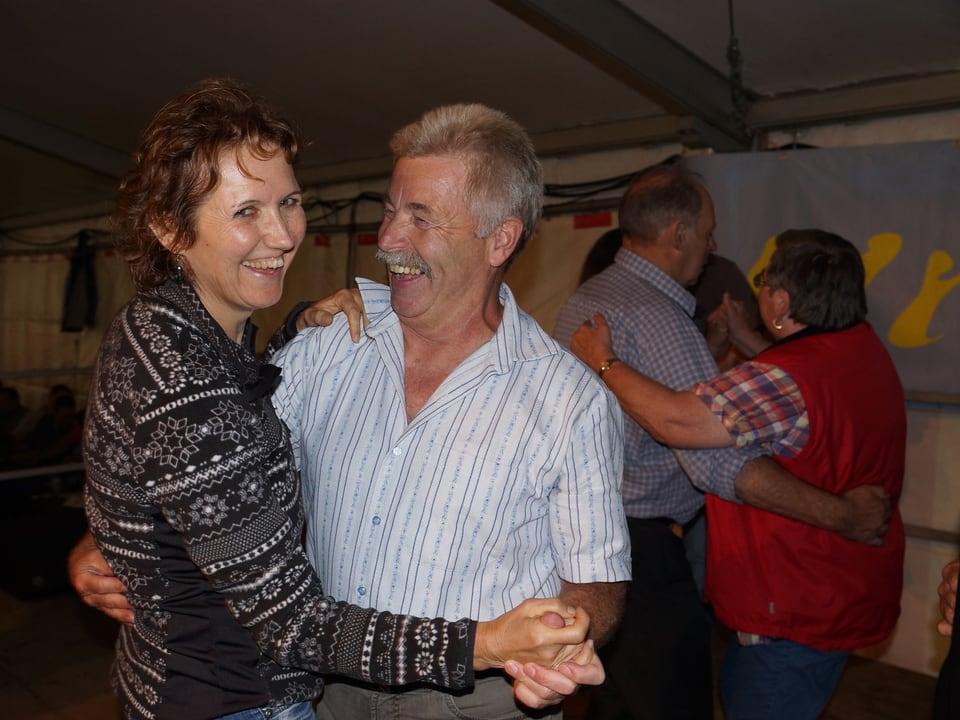 Zwei Paare, die auf der Bühne tanzen.