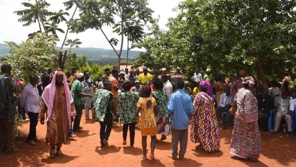 Nach der Beerdigung tanzen die Trauergäste
