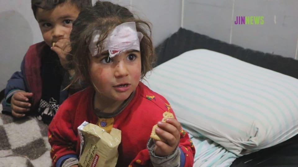 Zwei verletzte Kleinkinder auf einem Spitalbett