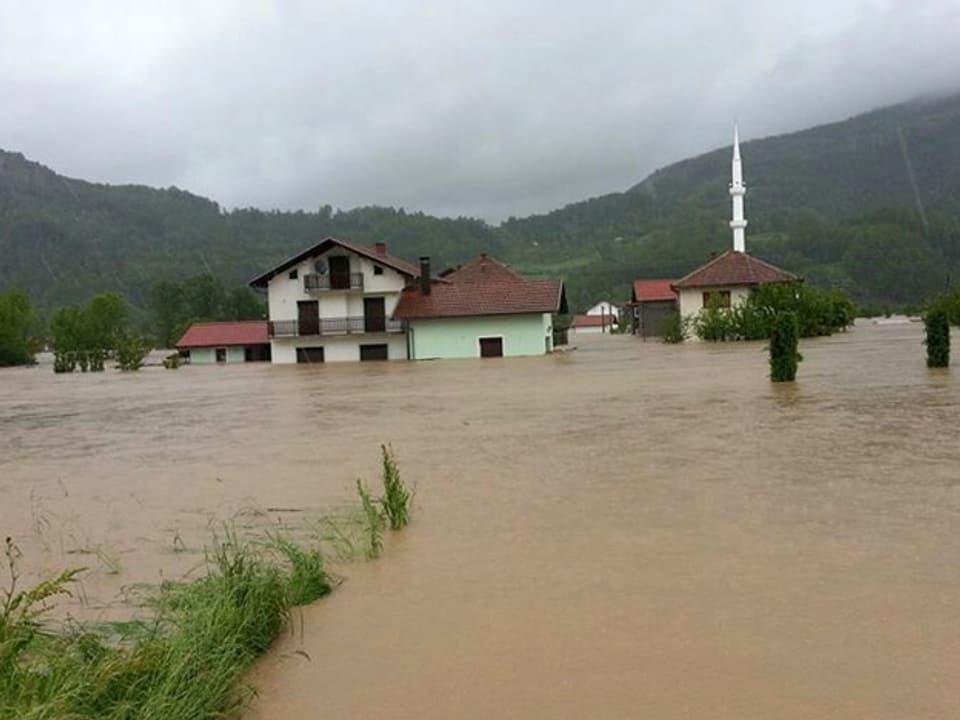 Dorf steht unter Wasser.