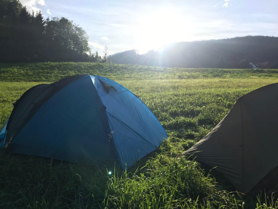 Zwei Zelte in der Sonne