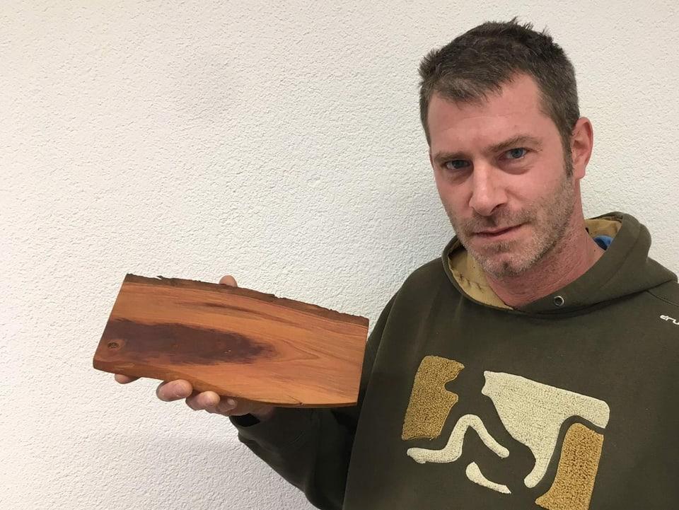Serej mit einem Stück Holz