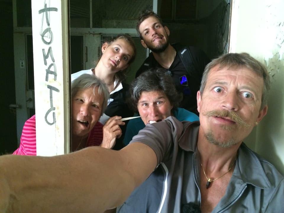 Selfie von fünf Personen mit Grimassen