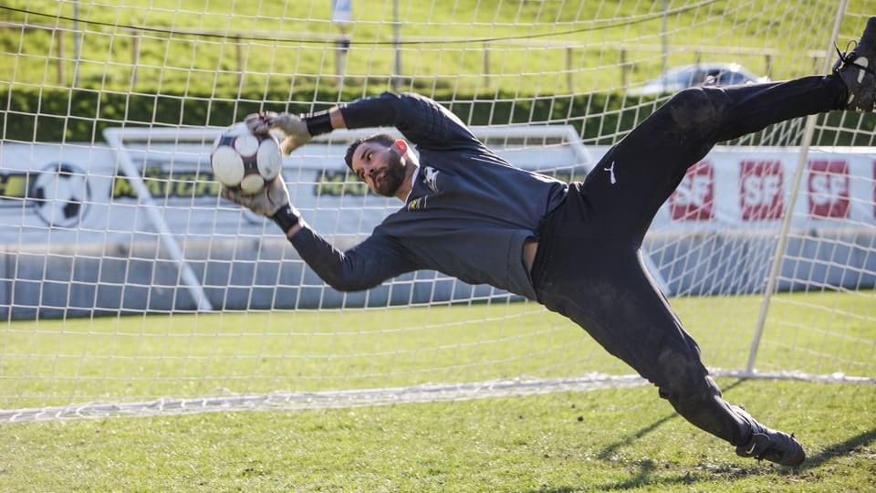 Tobias Rentsch hechtet im Goal