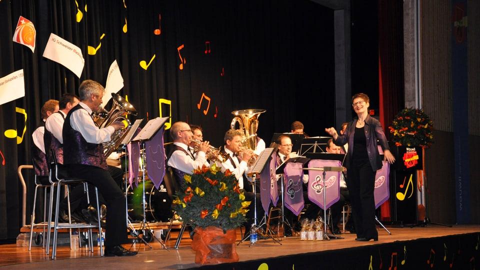 Dirigentin Theres Müller-Tanner dirigiert die Wiggertaler Blaskapelle am Galaabend «20 Jahre IG Schweizer Blaskapellen».