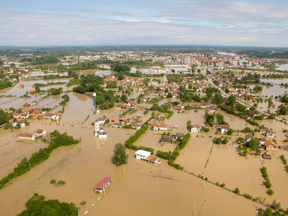 Luftaufnahme eines bosnischen Überschwemmungsgebiets.