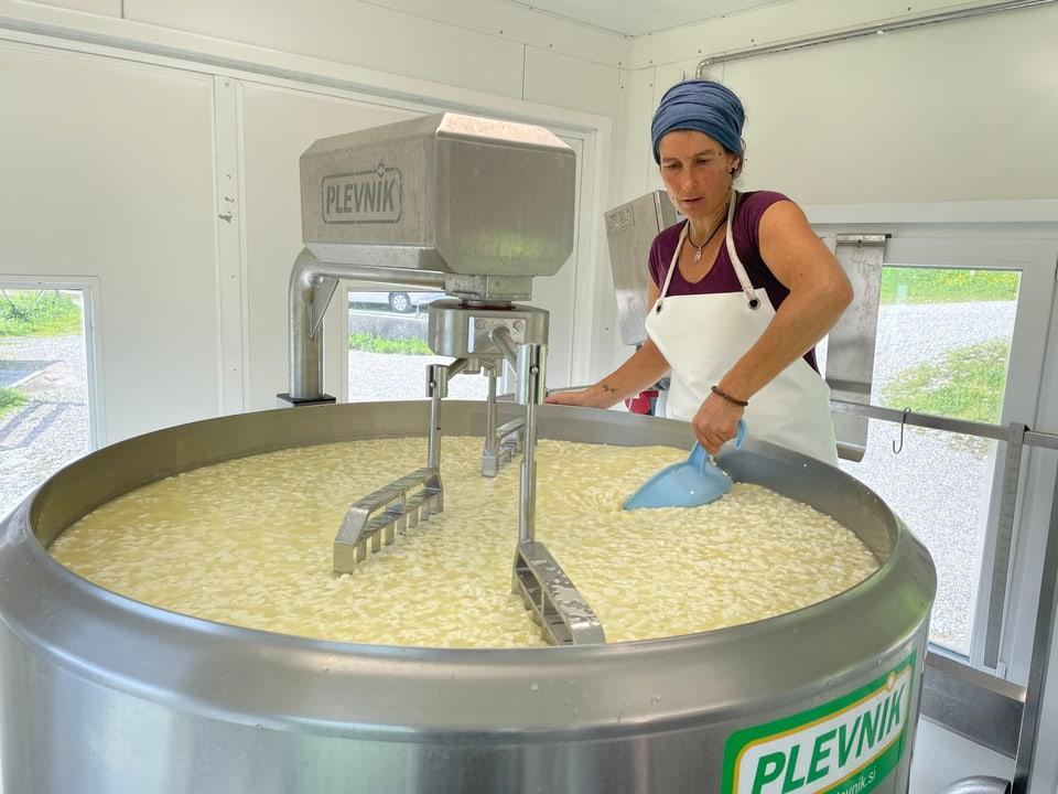 Sarah Gross in der mobilen Käserei
