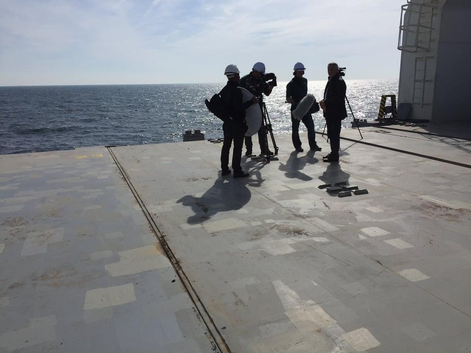 Kamerateam auf Frachtschiff.
