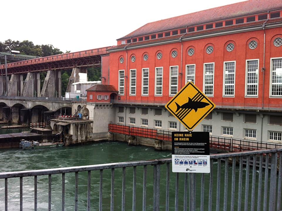 Kampagnen-Schild mit einem druchgestrichenen Hai beim Kraftwerk Eglisau.