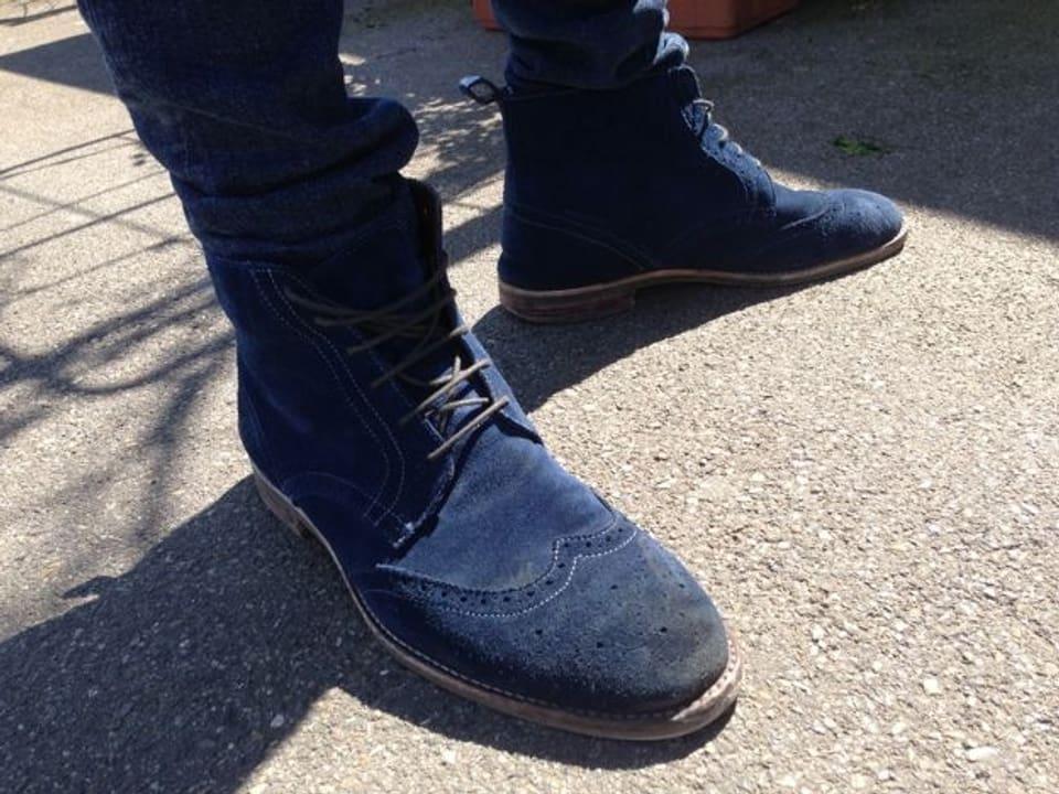 Blaue Schuhe zu blauen Jeans