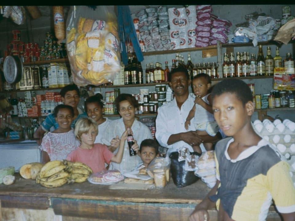 Cornelia Diethelms siebenjähriger Sohn Lukas 1991 im «Tante Emma»-Laden von Tito und seiner Familie in Río San Juan.